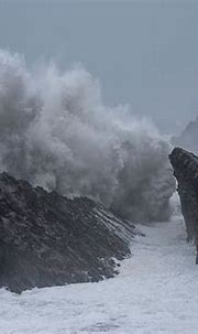 Huge waves crash against the rocks in Shore Acres State ...