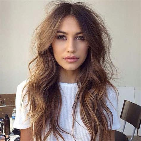 tagli capelli lunghi scalati  acconciature  tendenze