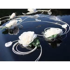 decoration voiture mariage originale décoration voiture mariage arabesques avec roses perles et rotin bouquet de la mariee