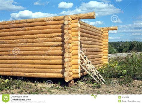 construction en bois de maison des rondins verticaux photo stock image 47901628