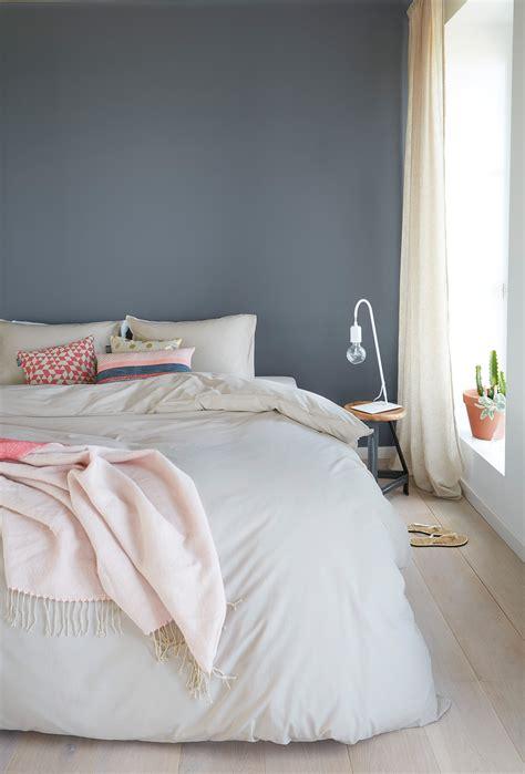 Wandfarbe Schlafzimmer Grau by Ein H 252 Bsches Blau Grau Als Wandfarbe Im Schlafzimmer Www