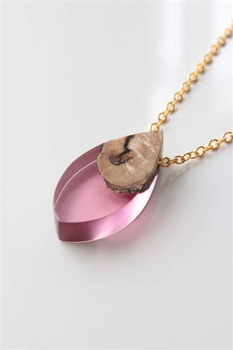 holzschmuck selber machen holz harz halskette handgemacht aus holz in rosa kunstharz federgolddesign pendants