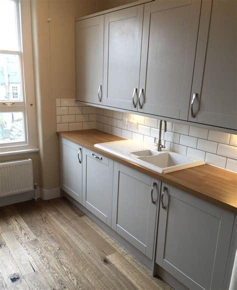 shaker kitchen tiles shaker style kitchen with metro tile splashback howdens 2175