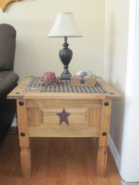 While coffee tables are an essential item for many homeowners, they come in a variety of shapes and sizes that make selecting the right one difficult. End table | Country living decor, Primitive living room, Primitive decorating country