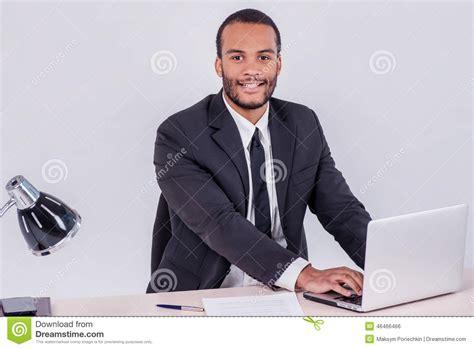 bureau homme d affaire employé de bureau homme d 39 affaires africain de sourire s