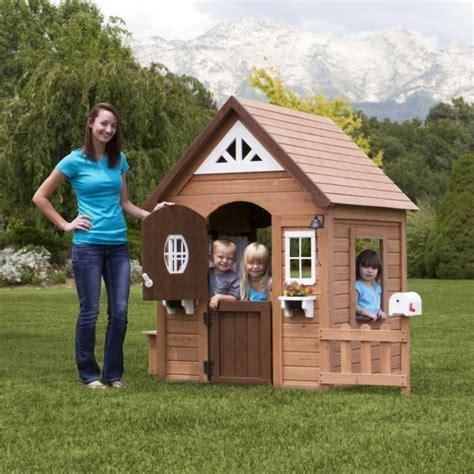 Backyard Discovery Cedar Chateau Playhouse by La Maisonnette En Bois Qui Aide Vos Enfants Jouer Plus