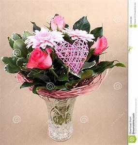 Beau Bouquet De Fleur : beau bouquet de fleur avec des roses et coeur dans le vase ~ Dallasstarsshop.com Idées de Décoration