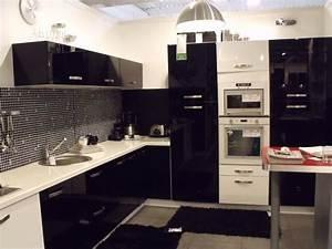 Decoration cuisine noire decorationguide for Idee deco cuisine avec model cuisine Équipée