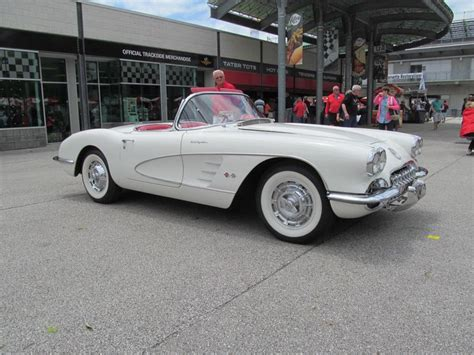 Ermine White/red 1960 Fuel Injected Corvette