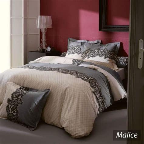 Toutes les tailles de lits sont disponibles. Parure de lit 200×200 pas cher - Table de lit