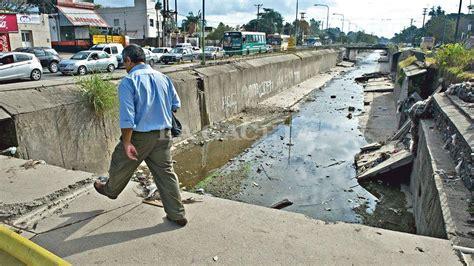 Los Peatones Caminan Al Filo Del Abismo En El Canal Sur