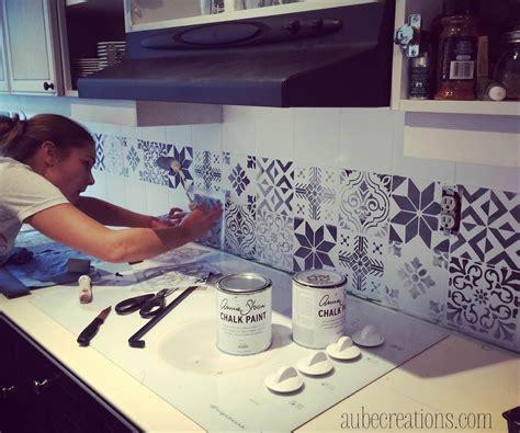 pochoir mural a peindre repeindre des carreaux avec de la chalk paint et des