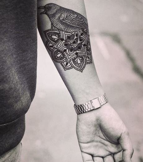 photo tatouage mandala agremente dun oiseau sur le bras