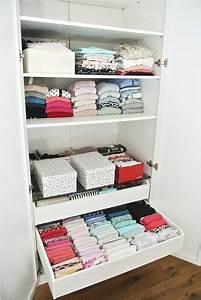 Magic Cleaning Kleidung Falten : kleiderschrank aufr umen mit der konmari magic cleaning methode von marie kondo rosanisiert ~ Orissabook.com Haus und Dekorationen