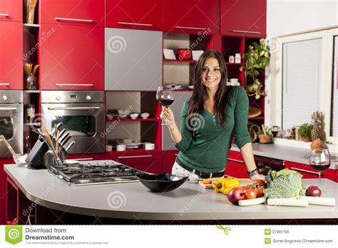 cuisine femme femme dans la cuisine avec la glace de vin image