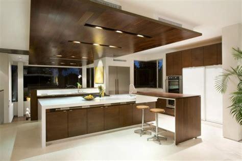 Image de cuisine en bois sombre avec plan de travail blanc