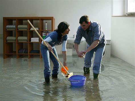 wasserschaden im keller wasserschaden diese versicherungen helfen