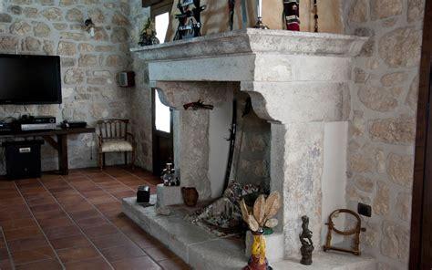 camino pietra camino antico a parete in pietra bocciardata e anticata