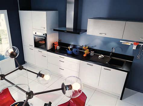 cuisine grise avec plan de travail noir noir et blanc habillent la cuisine décoration
