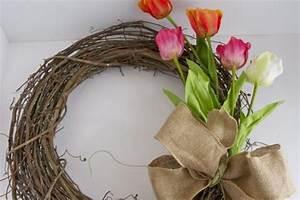 Frühlingsdeko Aus Naturmaterialien Selber Machen : fr hlingsbasteln einen t rkranz aus bunten blumen selber machen ~ Eleganceandgraceweddings.com Haus und Dekorationen