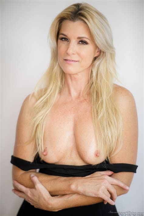 Blonde MILF With Small Chest Poses Naked At Every Opportunity To Gladden Guys
