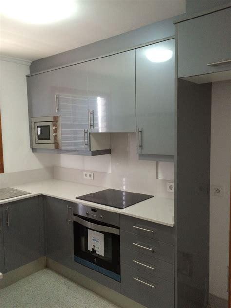 cocina de pequenas dimensiones en gris  silestone