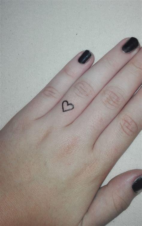 herztattoo  ringfinger stechen lassen tattoo herz
