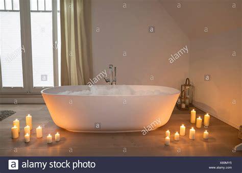 stock candele vasca da bagno moderno con candele accese intorno foto