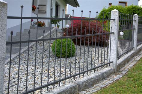 Dekorativer Metallzaun Rembart Holz Im Garten Startseite