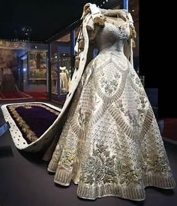 norman hartnell a habille entre autres les dames de la With robe de reine