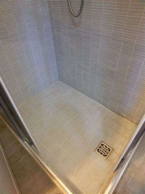 pulire piatto doccia mosaico fughe bianche pavimento