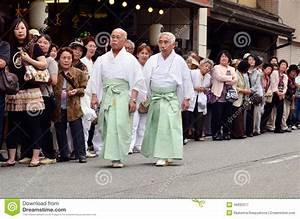 Moderne Japanische Kleidung : zwei ltere japanische m nner in der traditionellen kleidung redaktionelles stockfotografie ~ Orissabook.com Haus und Dekorationen
