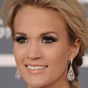 what color eyes does carrie underwood have