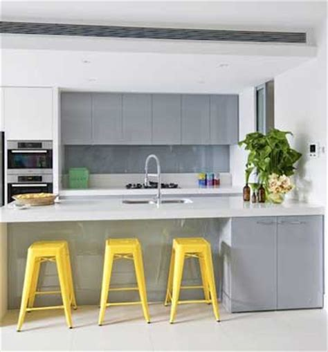 cuisine gris jaune trois tabourets tolix jaune dans une cuisine grise