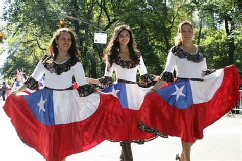 banderas y trajes tipicos de cuba desfile de la hispanidad en la quinta avenida de nueva