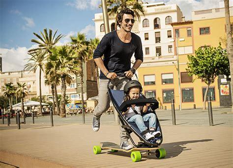 longboard und kinderwagen  einem skaten mit den kleinsten