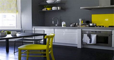 cuisine gris jaune decoration cuisine peinture gris meubles blanc chaises jaune