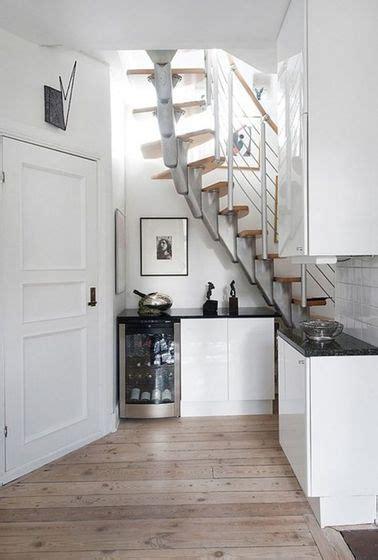 une cuisine toute en ouverture sous l escalier