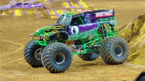 grave digger monster truck images motor 39 n max d 39 s morgan kane continues to lead the