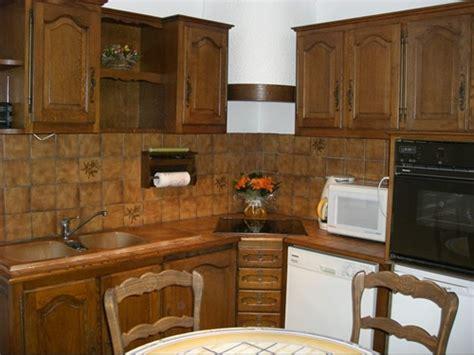 repeindre une cuisine ancienne cuisine ancienne repeinte armoire en bois repeinte