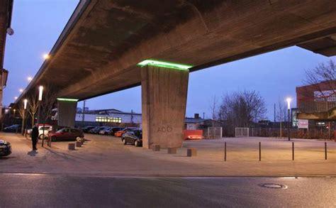 Brücken Und Straßenbeleuchtung Des Platzes Unter Der