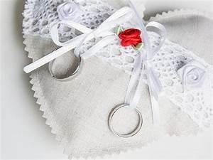 Ringkissen Selber Nähen : diy anleitung romantisches ringkissen n hen 4 varianten via diy pinterest ~ Frokenaadalensverden.com Haus und Dekorationen