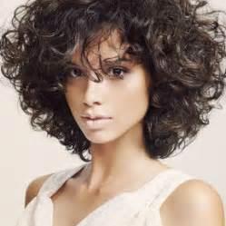 coupe cheveux frisã s coiffure pour cheveux court bouclé