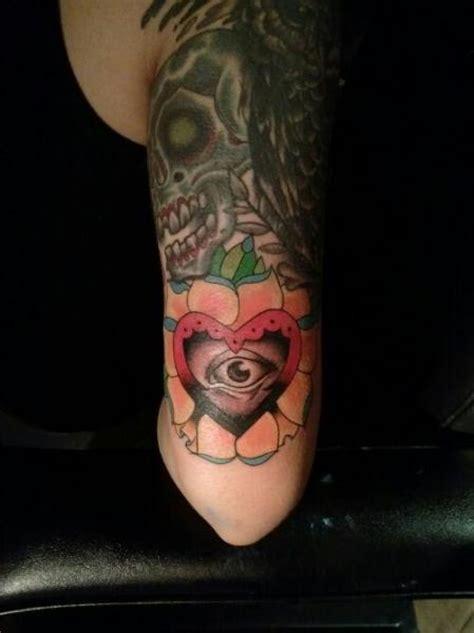 arm herz auge tattoo von bobby rotten