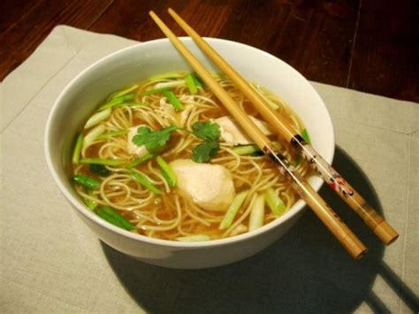 comment cuisiner les nouilles chinoises soupe de poulet nouilles chinoises ciboule gingembre