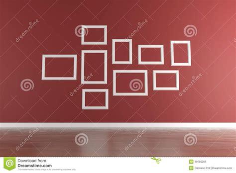 cornici bianche cornici bianche sulla parete rossa immagine stock