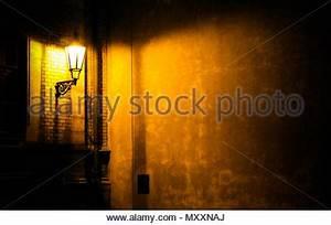 Dunkle Flecken An Der Wand : eine gruselige gasse in eine gotische urbanen stra enbild in schwarz wei aus einem niedrigen ~ Watch28wear.com Haus und Dekorationen