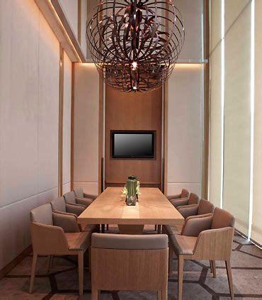 comedor  lampara espectacular  sillas  mesa de madera