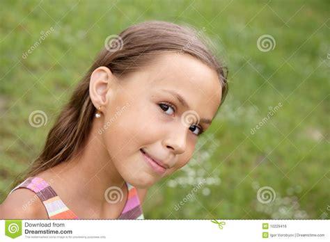 Tła Dziewczyny Trawy Preteen Zdjęcie Stock Obraz