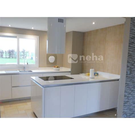 cuisine blanche laqu馥 cuisine quipe blanche cuisine blanche en l ouverte sur le salon au design pur les meubles de cuisine amenagement cuisine petit espace u2013